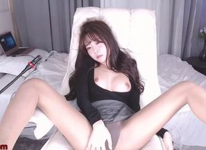 Japanese young lady camgirl wanks in