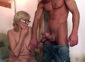 He boinks porn-loving mom in law
